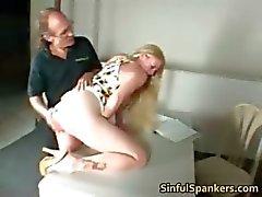 Rondborstige blonde MILF haar kutje te vingeren part5