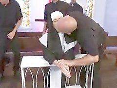 Katolsk nunna Gangbanged av präster