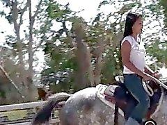 Chick uit Thailand berijden van een paard