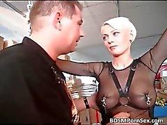 Blond MILF med stora bröst domineras