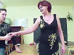 Profesor de sexo muestra al joven Cómo quedar embarazada en la lección