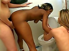 Lesbiska hetingar i aktion i badrummet