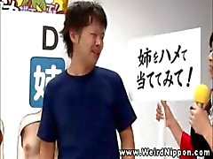 Aziatische spelshow stimuleert ondeugend gedrag voor hun deelnemers