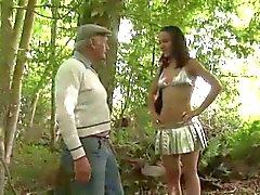 Impresionante de adolescente de Whore la cogida por Extraños en Woods