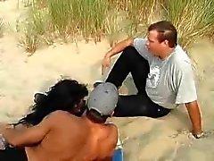 Strand paar met een vriend