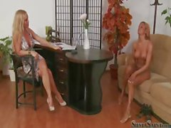 Silvia Saint des entretiens blonde bombshell Ashley Bulgari nu