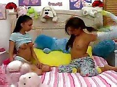 Hete Tieners geven babysitter een blowjob.F70