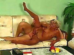 Blonde oma in Glazen en kousen Fucks