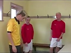Hete groep gay binken in het voetbal kleedkamer groep pijpbeurt fun