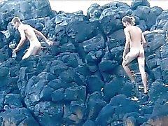 Hyvännäköinen homo pojat ruuvaamalla rannalla