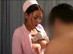 Enfermeira asiática deliciosa tem um paciente com tesão acariciando seu bi