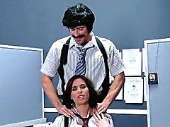 Babe di massaggio divertente del ci mostra la sua sborrata anale