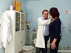 Abuelita el coño peludo visita woman doctor pervy
