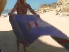 D'alison d'ange de jouant sur la plage