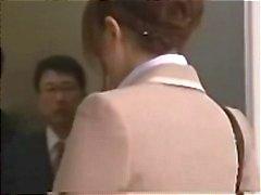 Secretária asiática fica gangbanged no elevador por um facial cremoso