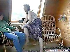 Maman brunette russe séduisent l'amie de son fils et le il la baise