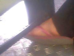 Pies inocentes pezinhos chica soñolienta en el autobús