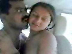 Indiase Bhojpuri schoonheid geneukt in de auto door fet pik
