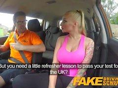 Fake Driving School Big Tits babe Fuckar hennes instruktör för att klara hennes test