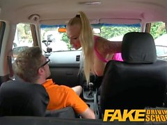 Falso Driving School Big Tits Babe scopa il suo istruttore di passare il suo test