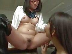 Coño de colegiala lesbiana asiática arroja hechizo sobre profesor