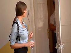 Della donna della polizia ottiene doppia penetrazione al della scena del crimine