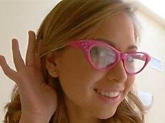 Spuitende schoolmeisje dragen van een bril hard geneukt