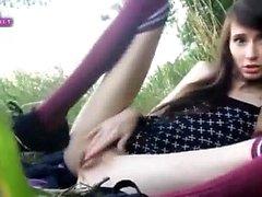 NYMFOMAN teen masturbates i gräset