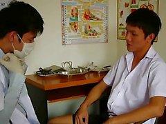 Cornea Gay mediche esaminatore succhiare il suo paziente