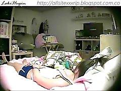 Teen capturado masturbándose en el dormitorio (cam escondido - Peepholecam 022213)