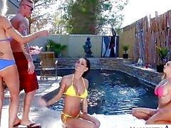 Sexy épouses Emma Starr , Jessica® Jaymes et Nikki Benz partageant coq