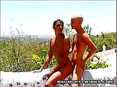 Kaksi Horny Twinks vitunBeach