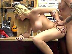 Busty Blonde Dirtbag Getting Foré Sur Pawn Shop bureau