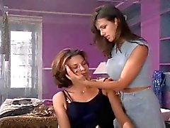Jennifer Hammon och Caroline Ambrose - Allyson håller ögonen