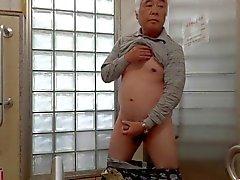 Japanilaisten vanhan miehen masturbointi rakentaa siittimen siemennesteestä virtaukset