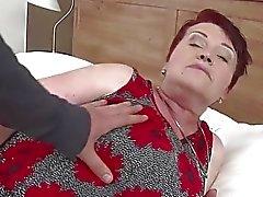 Огромный сиськастый волосатого бабуля получает ударил жесткого