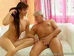 Hete tiener heeft seks met oude man