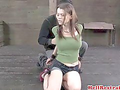 BDSM limitada submisso no assoalho hogtied