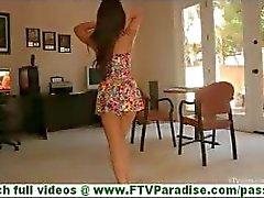 Leila rondborstige latina uitkleden knipperende tieten en knipperende kont en poseren naakt