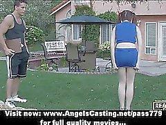 Amateur magnifique entraînement étudiant roux de cheerleader dehors