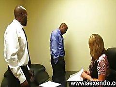 Een blonde secretaresse neukt twee zwarte dudes