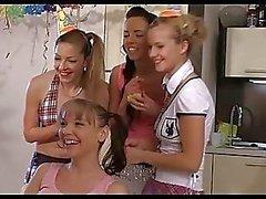 Geile CFNM meisjes vieren 18e verjaardag van hun vriend