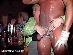 Wild party girls zuigen een Man Strippers Cock