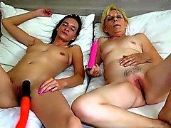 Lesbiche ragazza che tatuata si masturbano con la Granny lesbiche