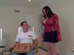 Pizza liebenden Busty Brunettefrau weibchen Daphne Rosen