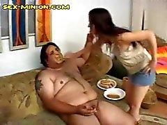 Bruto dikke harige kerel krijgt zijn pik zuigen , zelfs als hij voedsel geneukt