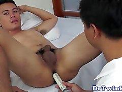Enema recibiendo twink twink asiático perforado