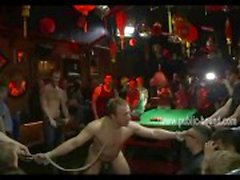 Stud is vastgebonden in een bar en heeft zijn ballen en torso bedekt met tepelklemmen