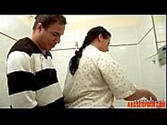 Daddy Caught Nicht Step-Tochter im Badezimmer und Verführung - abuserporn