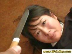Aziatische dienstmeisjes krijgt vernederd en behandeld als stront in deze clip
